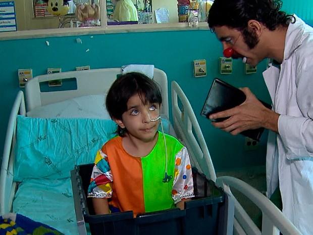 Matheus deixou hospital em uma simulação de 'fuga' (Foto: Reprodução/TV Globo)