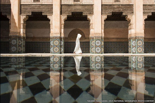 Takashi Nakagawa esperou o momento perfeito para conseguir essa foto na mesquista de Ben Youssef, em Marrakech, no Marrocos. (Foto: Takashi Nakagawa )