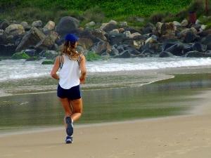 Segundo o fisioterapeuta Giuliano Martins durante caminhada ou corrida na areia dura o passo fica mais leve, portanto é o tipo mais indicado para quem não abre mão de um exercício